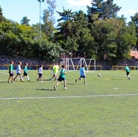 Canchas de futbol en colegio del opus dei para niños - Cedros
