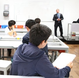 Laboratorio en colegio del opus dei para niños - Cedros